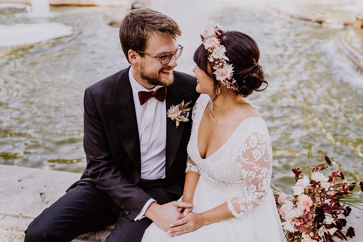 Hochzeitsfoto Brautpaar am Wasser Brunnen - Standesamt Berlin Pankow Hochzeitsfotografin auf urbane DIY Gartenhochzeit in Berlin Friedrichshain #hochzeitslicht © www.hochzeitslicht.de