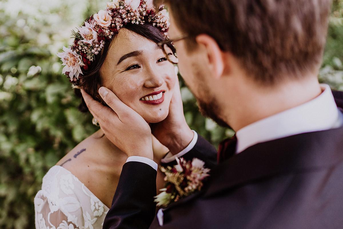 natürliche Brautportraits Hochzeit - Standesamt Berlin Pankow Hochzeitsfotografin auf urbane DIY Gartenhochzeit in Berlin Friedrichshain #hochzeitslicht © www.hochzeitslicht.de