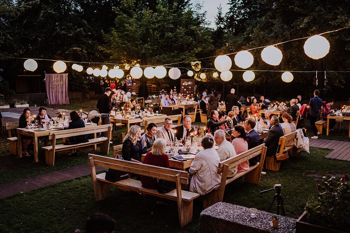 Hochzeitsfoto Hochzeitsfeier Garten Lichterketten - Standesamt Berlin Pankow Hochzeitsfotografin auf urbane DIY Gartenhochzeit in Berlin Friedrichshain #hochzeitslicht © www.hochzeitslicht.de