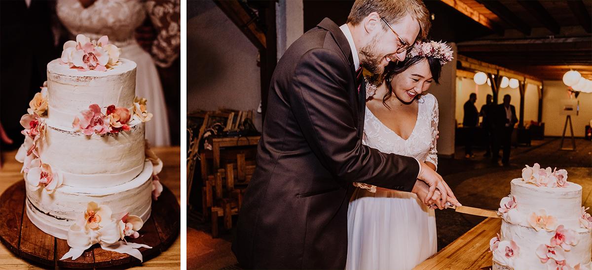 Hochzeitsfotos Anschneiden Hochzeitstorte - Standesamt Berlin Pankow Hochzeitsfotografin auf urbane DIY Gartenhochzeit in Berlin Friedrichshain #hochzeitslicht © www.hochzeitslicht.de