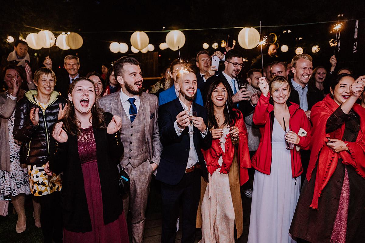 Hochzeitsfeier Garten Hochzeitsfoto Gäste Herbsthochzeit Berlin - Standesamt Berlin Pankow Hochzeitsfotografin auf urbane DIY Gartenhochzeit in Berlin Friedrichshain #hochzeitslicht © www.hochzeitslicht.de