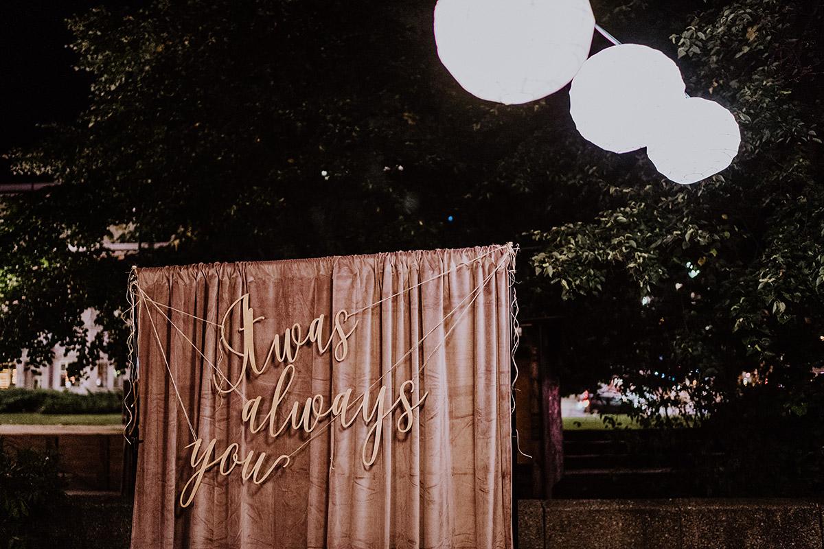 Idee Fotowand Fotohintergrund Hochzeit modern hipp - Standesamt Berlin Pankow Hochzeitsfotografin auf urbane DIY Gartenhochzeit in Berlin Friedrichshain #hochzeitslicht © www.hochzeitslicht.de