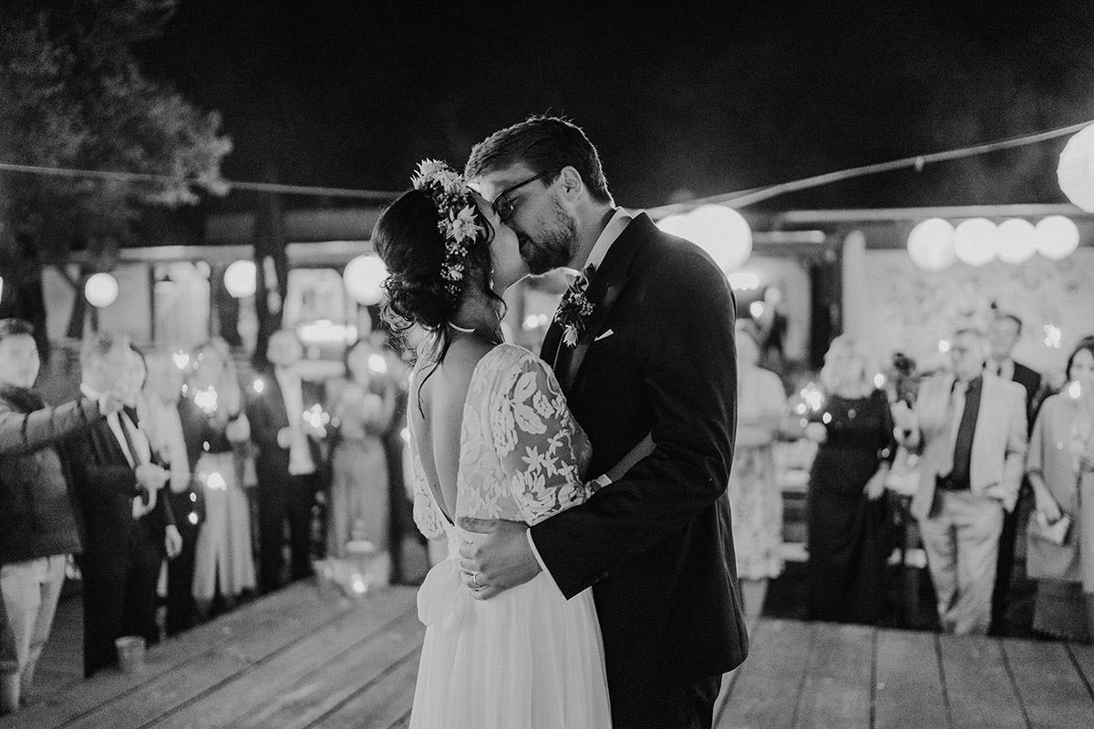 Hochzeitsfotos Brautpaar echt Tanz - Standesamt Berlin Pankow Hochzeitsfotografin auf urbane DIY Gartenhochzeit in Berlin Friedrichshain #hochzeitslicht © www.hochzeitslicht.de