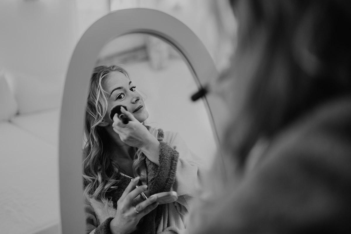 Hochzeitsfotografie künstlerisch Braut Spiegel - Winterhochzeit von Hochzeitsfotograf Brandenburg - standesamtlich im Hotel zur Bleiche heiraten © www.hochzeitslicht.de #hochzeitslicht