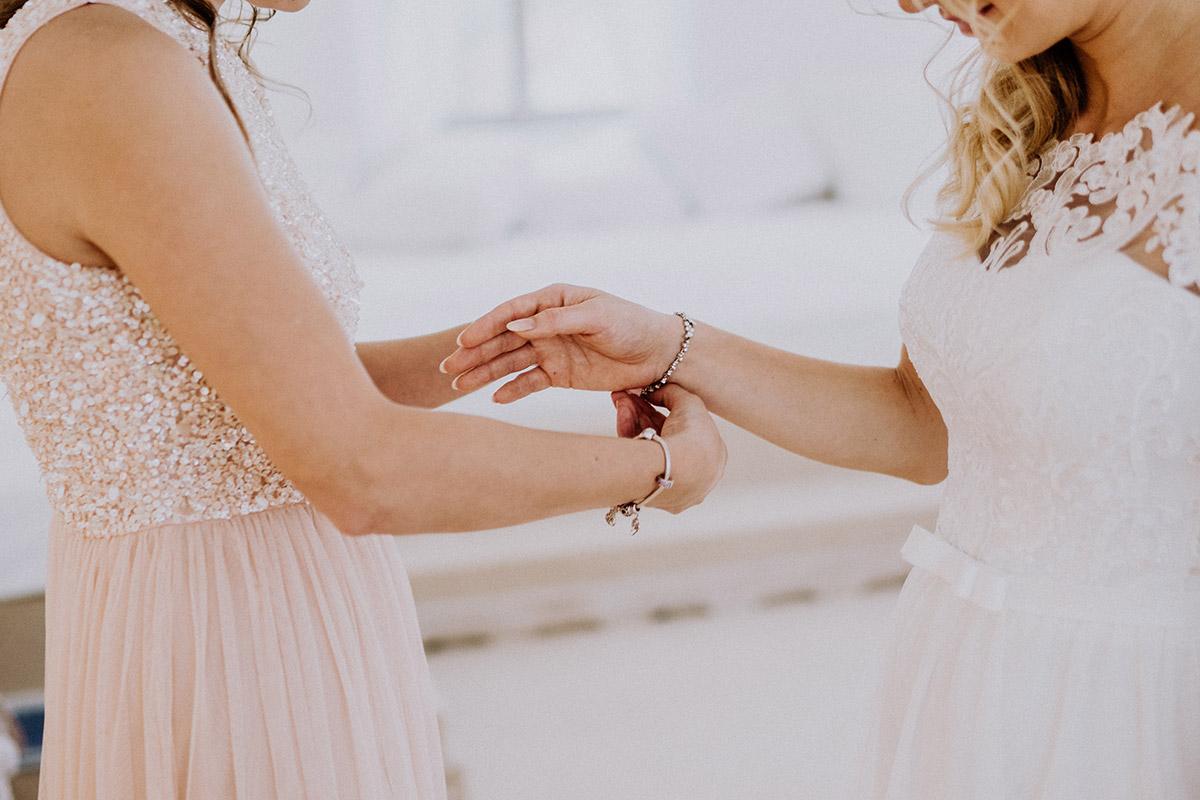 Hochzeitsfoto Braut mit Trauzeugin Getting Ready - Winterhochzeit von Hochzeitsfotograf Brandenburg - standesamtlich im Hotel zur Bleiche heiraten © www.hochzeitslicht.de #hochzeitslicht