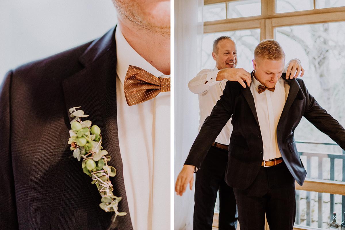 Idee Hochzeitsfoto Vorbereitungen Bräutigam mit Trauzeuge Anzug anziehen - Winterhochzeit von Hochzeitsfotograf Brandenburg - standesamtlich im Hotel zur Bleiche heiraten © www.hochzeitslicht.de #hochzeitslicht