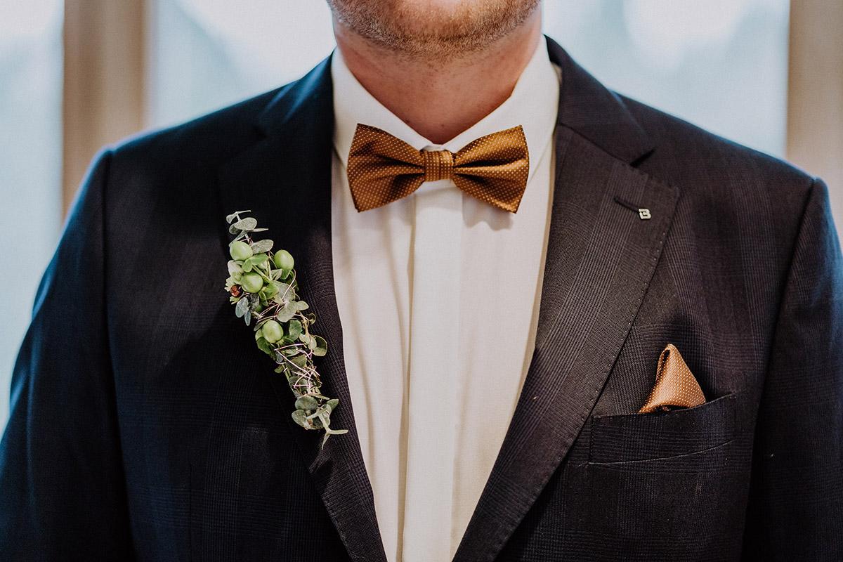 Potrait Bräutigam modern - Winterhochzeit von Hochzeitsfotograf Brandenburg - standesamtlich im Hotel zur Bleiche heiraten © www.hochzeitslicht.de #hochzeitslicht