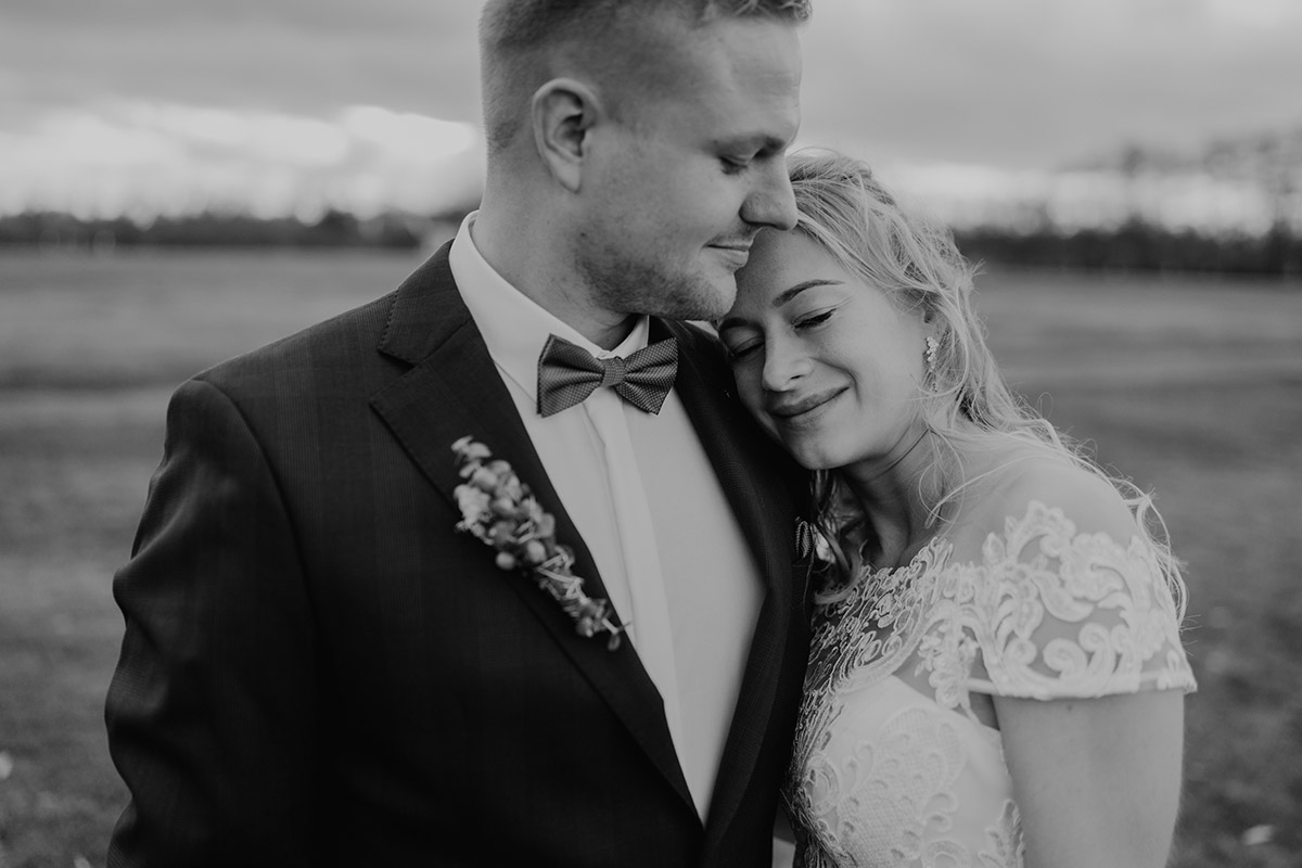 natürliche Hochzeitsfotografie Brautpaar auf Feld Spreewald - Winterhochzeit von Hochzeitsfotograf Brandenburg - standesamtlich im Hotel zur Bleiche heiraten © www.hochzeitslicht.de #hochzeitslicht