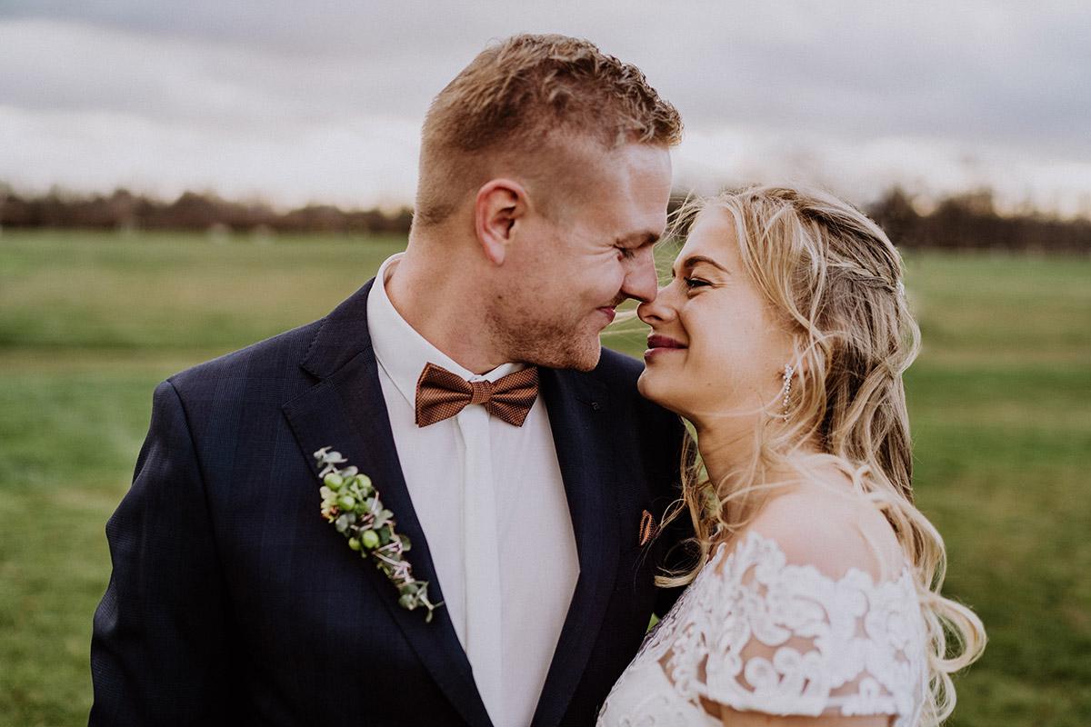 Idee Fotoshooting Brautpaar auf Feld - Winterhochzeit von Hochzeitsfotograf Brandenburg - standesamtlich im Hotel zur Bleiche heiraten © www.hochzeitslicht.de #hochzeitslicht
