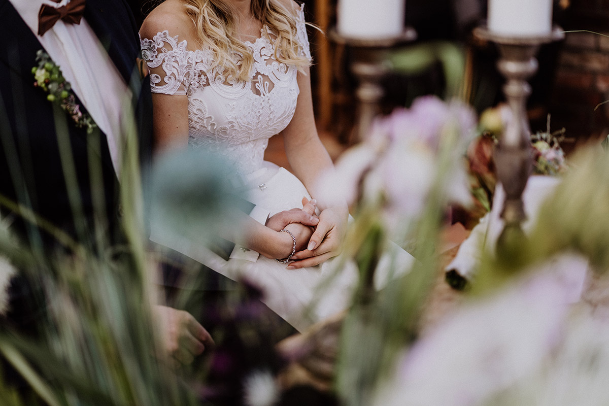 natürliches Hochzeitsfoto standesamtliche Trauung - Winterhochzeit von Hochzeitsfotograf Brandenburg - standesamtlich im Hotel zur Bleiche heiraten © www.hochzeitslicht.de #hochzeitslicht