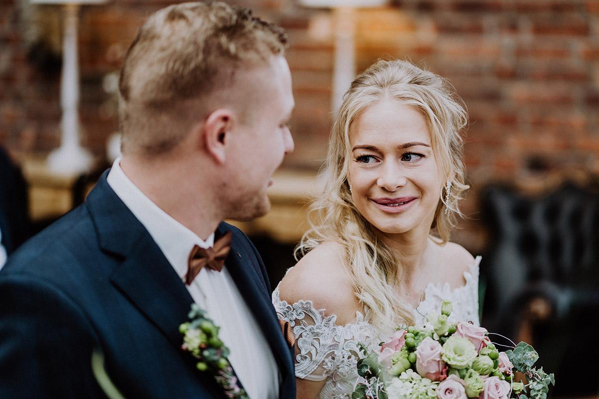Hochzeitsfoto ungestellt Brautpaar bei standesamtlicher Trauung - Winterhochzeit von Hochzeitsfotograf Brandenburg - standesamtlich im Hotel zur Bleiche heiraten © www.hochzeitslicht.de #hochzeitslicht