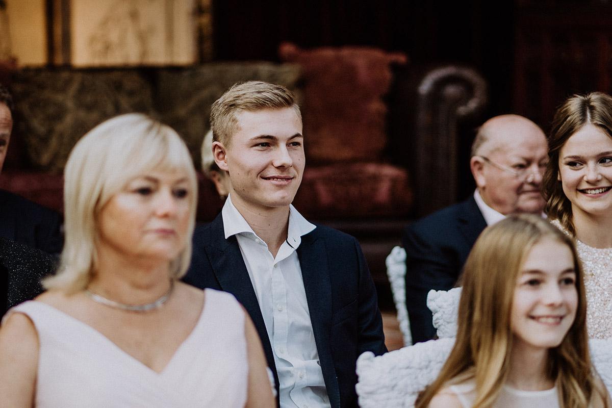 Hochzeitsbild Gäste standesamtliche Trauung Winter - Winterhochzeit von Hochzeitsfotograf Brandenburg - standesamtlich im Hotel zur Bleiche heiraten © www.hochzeitslicht.de #hochzeitslicht