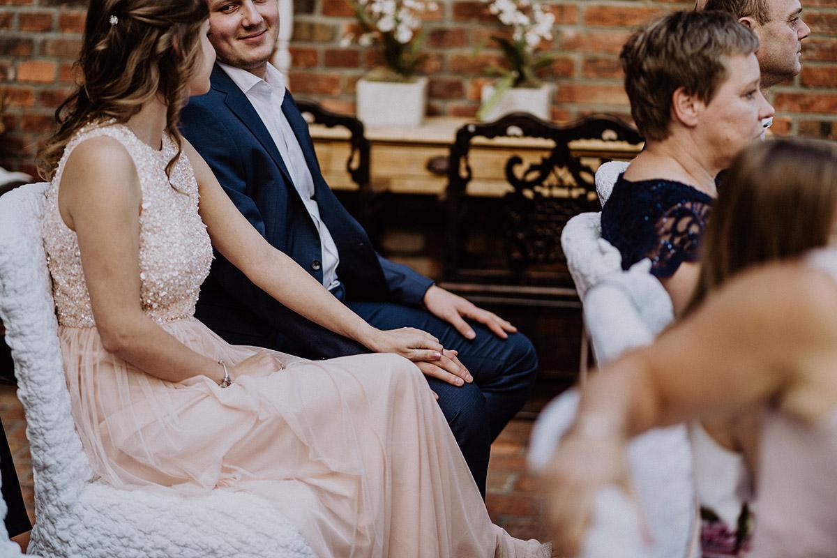 Foto Gäste Hochzeit Standesamt - Winterhochzeit von Hochzeitsfotograf Brandenburg - standesamtlich im Hotel zur Bleiche heiraten © www.hochzeitslicht.de #hochzeitslicht