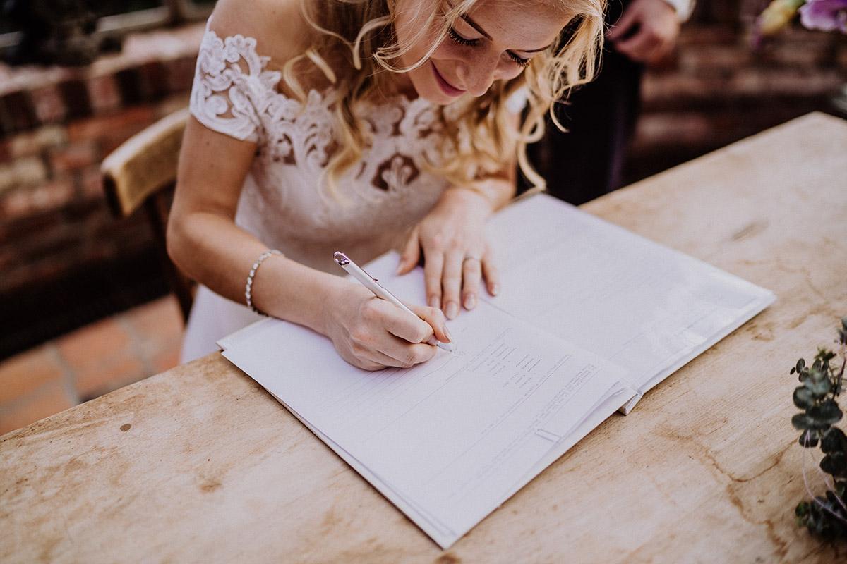 Hochzeitsfoto Braut Unterschreiben Urkunde Standesamt - Winterhochzeit von Hochzeitsfotograf Brandenburg - standesamtlich im Hotel zur Bleiche heiraten © www.hochzeitslicht.de #hochzeitslicht