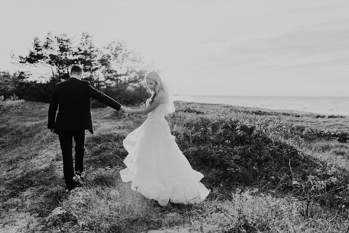 Idee Fotoshooting am Strand Dünen Ostseehochzeit - standesamtliche Strandhochzeit - Hochzeitsfotografin an der Ostsee © www.hochzeitslicht.de #hochzeitslicht