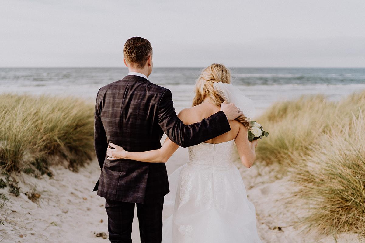Hochzeit Fotoshooting Brautpaar am Strand - standesamtliche Strandhochzeit - Hochzeitsfotografin an der Ostsee © www.hochzeitslicht.de #hochzeitslicht