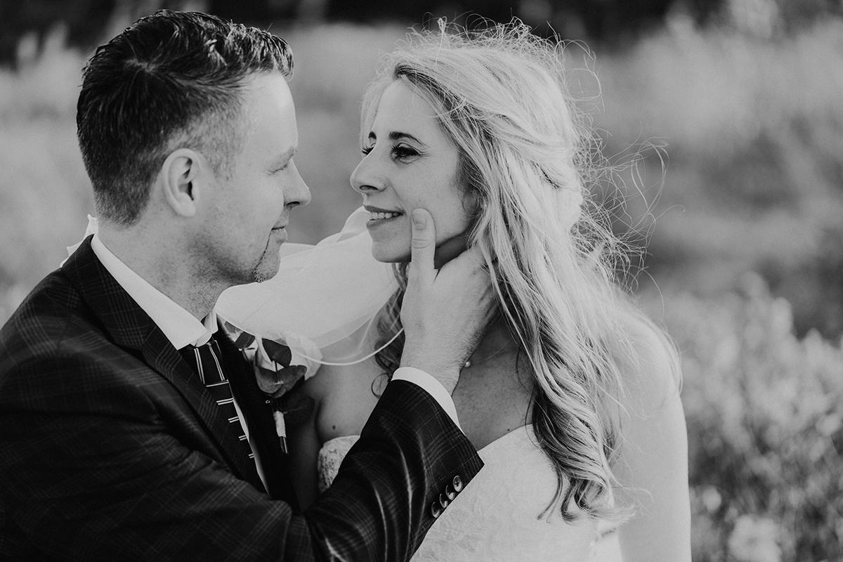 Inspiration romantisches Hochzeitsfoto Braut und Bräutigam schwarz weiß - standesamtliche Strandhochzeit - Hochzeitsfotografin an der Ostsee © www.hochzeitslicht.de #hochzeitslicht