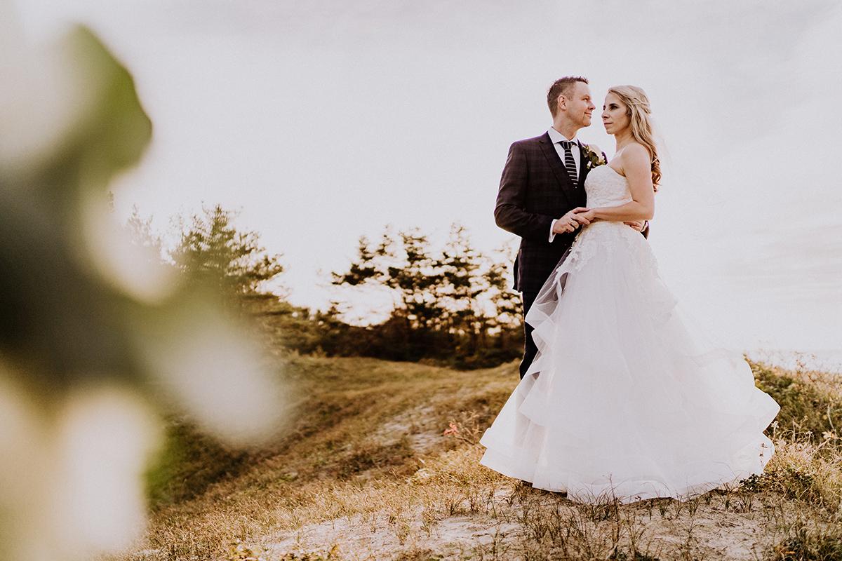 Brautpaarfoto klassisch am Strand - standesamtliche Strandhochzeit - Hochzeitsfotografin an der Ostsee © www.hochzeitslicht.de #hochzeitslicht