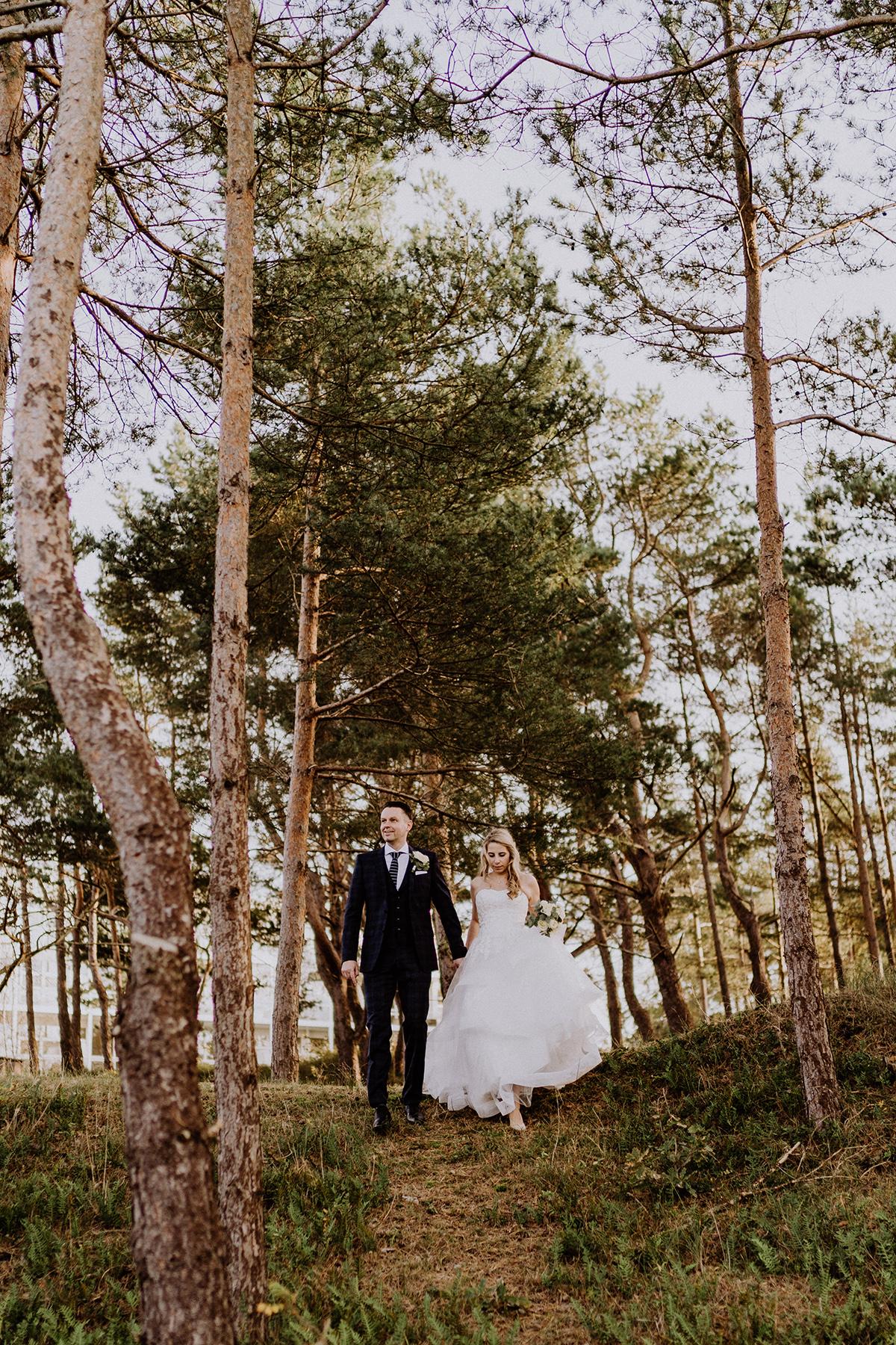 Brautpaarshooting im Wald Strandhochzeit Idee Hochzeitspaar Foto - standesamtliche Strandhochzeit - Hochzeitsfotografin an der Ostsee © www.hochzeitslicht.de #hochzeitslicht