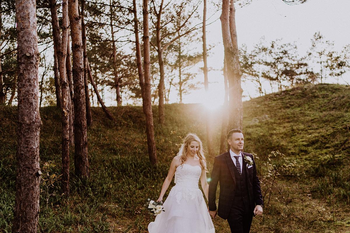 Fotoshooting im Wald bei Sonnenuntergang Hochzeitspaar - standesamtliche Strandhochzeit - Hochzeitsfotografin an der Ostsee © www.hochzeitslicht.de #hochzeitslicht