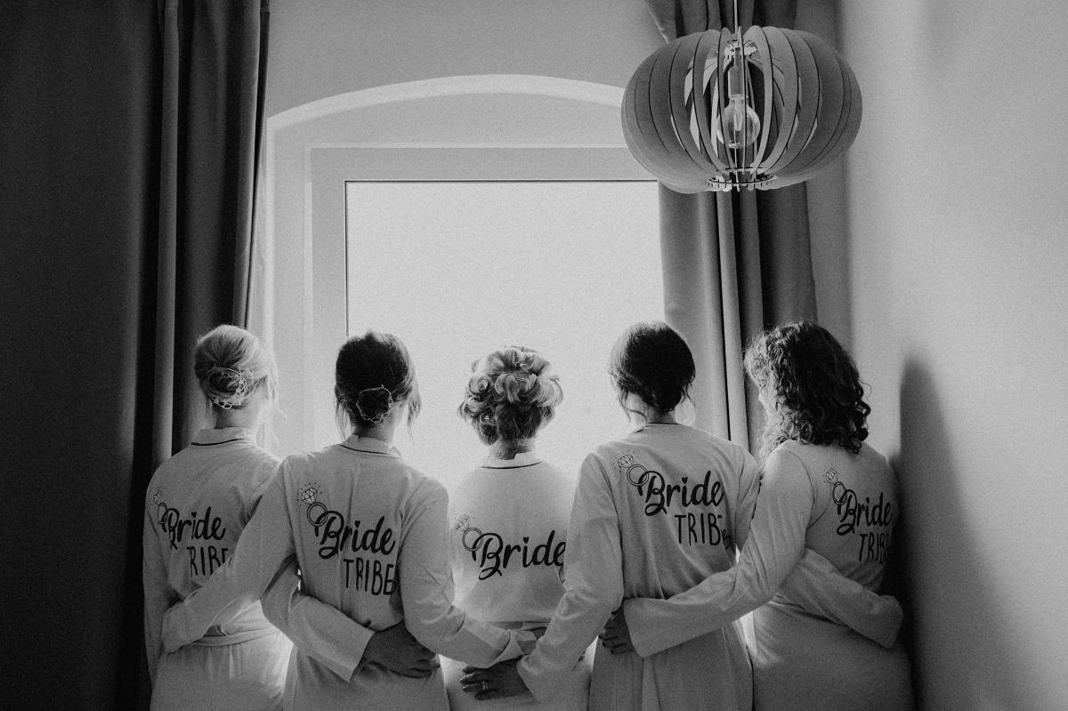 Idee Hochzeitsfoto Braut mit Bridesmaids Bademäntel - Hochzeitsfotograf in Hochzeitslocation mit Strand an der Spree im Sage Restaurant Berlin © www.hochzeitslicht.de #hochzeitslicht