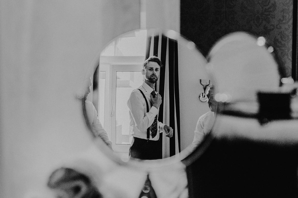 künstlerische Hochzeitsfotografie Spiegel Bräutigam mit Trauzeugen - Hochzeitsfotograf in Hochzeitslocation mit Strand an der Spree im Sage Restaurant Berlin © www.hochzeitslicht.de #hochzeitslicht