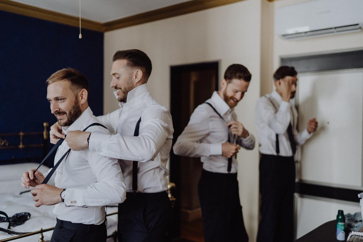 Tipp Hochzeitsfoto Bräutigam Anziehen mit Trauzeugen - Hochzeitsfotograf in Hochzeitslocation mit Strand an der Spree im Sage Restaurant Berlin © www.hochzeitslicht.de #hochzeitslicht