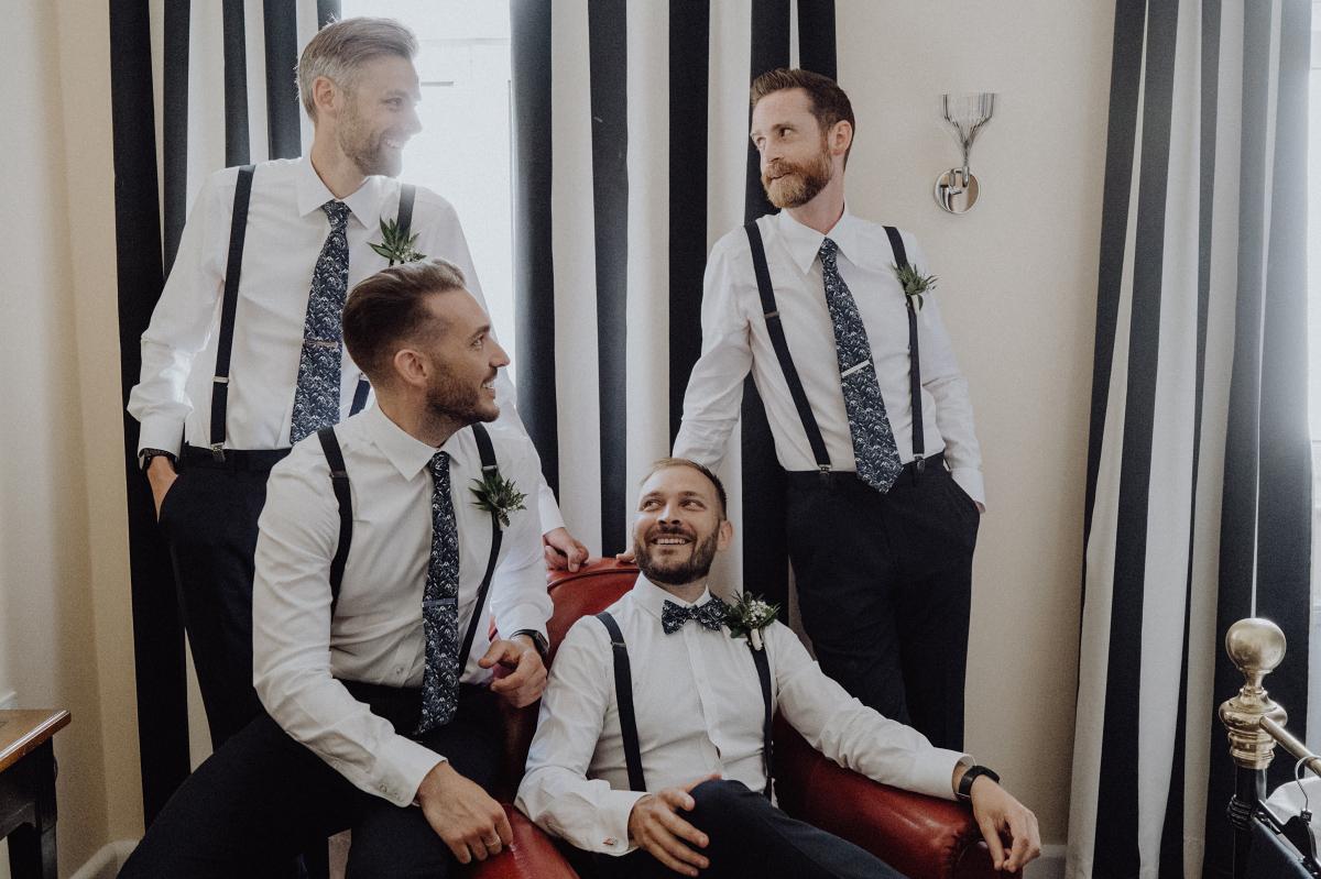 Hochzeitsfoto Bräutigam mit Best Men - Hochzeitsfotograf in Hochzeitslocation mit Strand an der Spree im Sage Restaurant Berlin © www.hochzeitslicht.de #hochzeitslicht