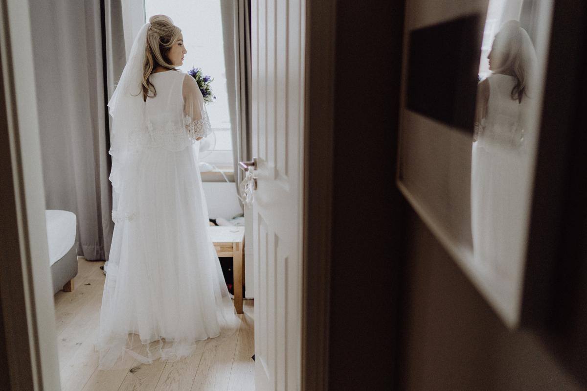 Inspiration Foto Braut Vorbereitungen Hochzeit - Hochzeitsfotograf in Hochzeitslocation mit Strand an der Spree im Sage Restaurant Berlin © www.hochzeitslicht.de #hochzeitslicht