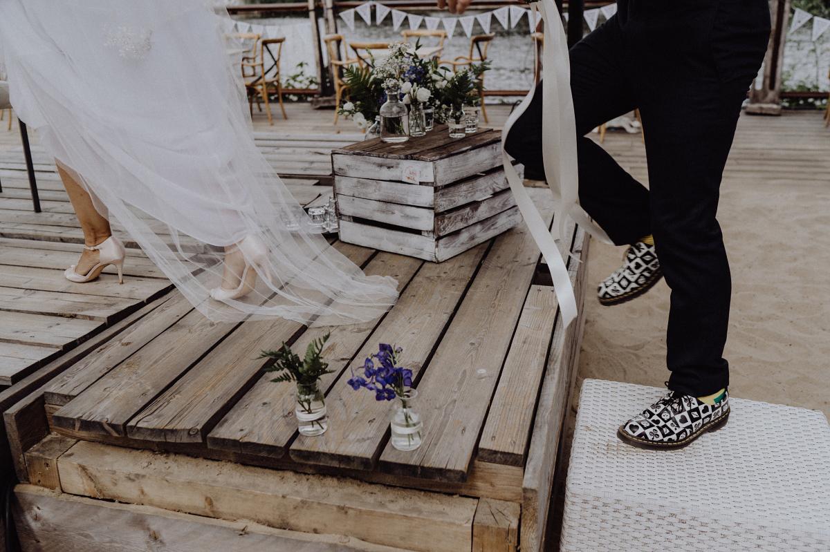 Hochzeitsfoto kreativ Brautpaar freie Trauung Strand - Hochzeitsfotograf in Hochzeitslocation mit Strand an der Spree im Sage Restaurant Berlin © www.hochzeitslicht.de #hochzeitslicht