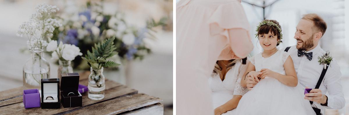 ungestellte Hochzeitsfotografie Berlin - Hochzeitsfotograf in Hochzeitslocation mit Strand an der Spree im Sage Restaurant Berlin © www.hochzeitslicht.de #hochzeitslicht