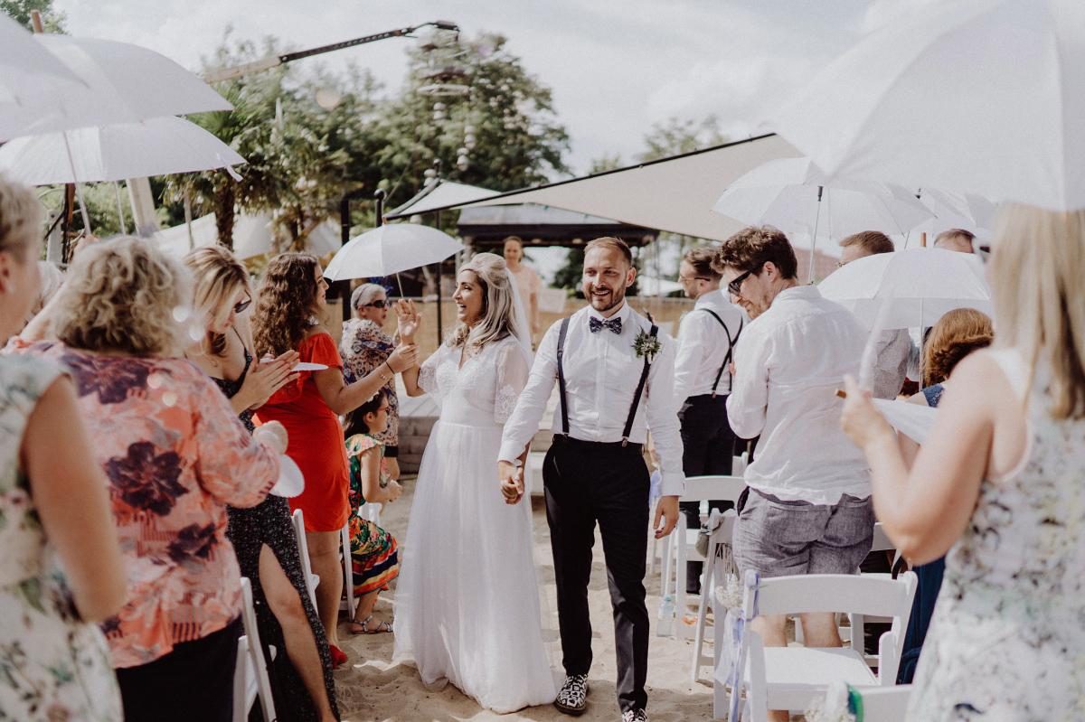 Idee Outfit Gäste Sommerhochzeit entspannt - Hochzeitsfotograf in Hochzeitslocation mit Strand an der Spree im Sage Restaurant Berlin © www.hochzeitslicht.de #hochzeitslicht