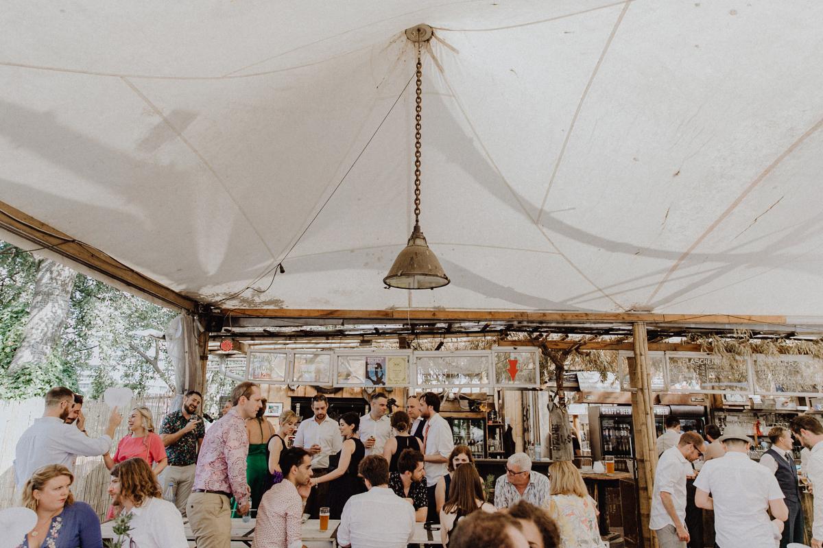 Hochzeitsfeier am Strand Berlin - Hochzeitsfotograf in Hochzeitslocation mit Strand an der Spree im Sage Restaurant Berlin © www.hochzeitslicht.de #hochzeitslicht
