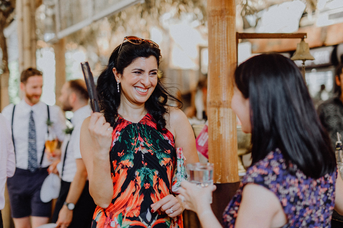 Hochzeitsfoto internationale Sommerhochzeit Berlin - Hochzeitsfotograf in Hochzeitslocation mit Strand an der Spree im Sage Restaurant Berlin © www.hochzeitslicht.de #hochzeitslicht