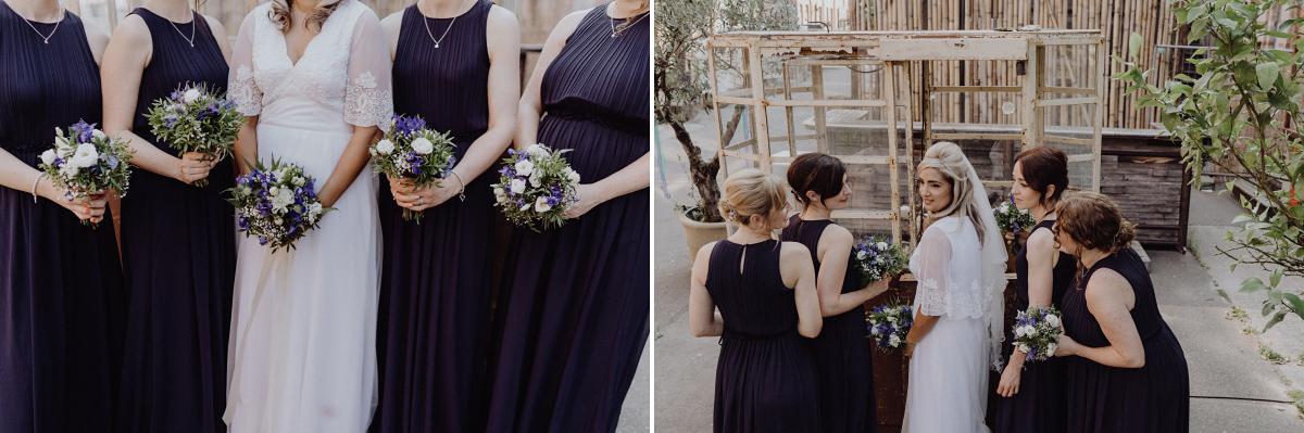 Idee Hochzeitsfoto Braut mit Bridesmaids - Hochzeitsfotograf in Hochzeitslocation mit Strand an der Spree im Sage Restaurant Berlin © www.hochzeitslicht.de #hochzeitslicht