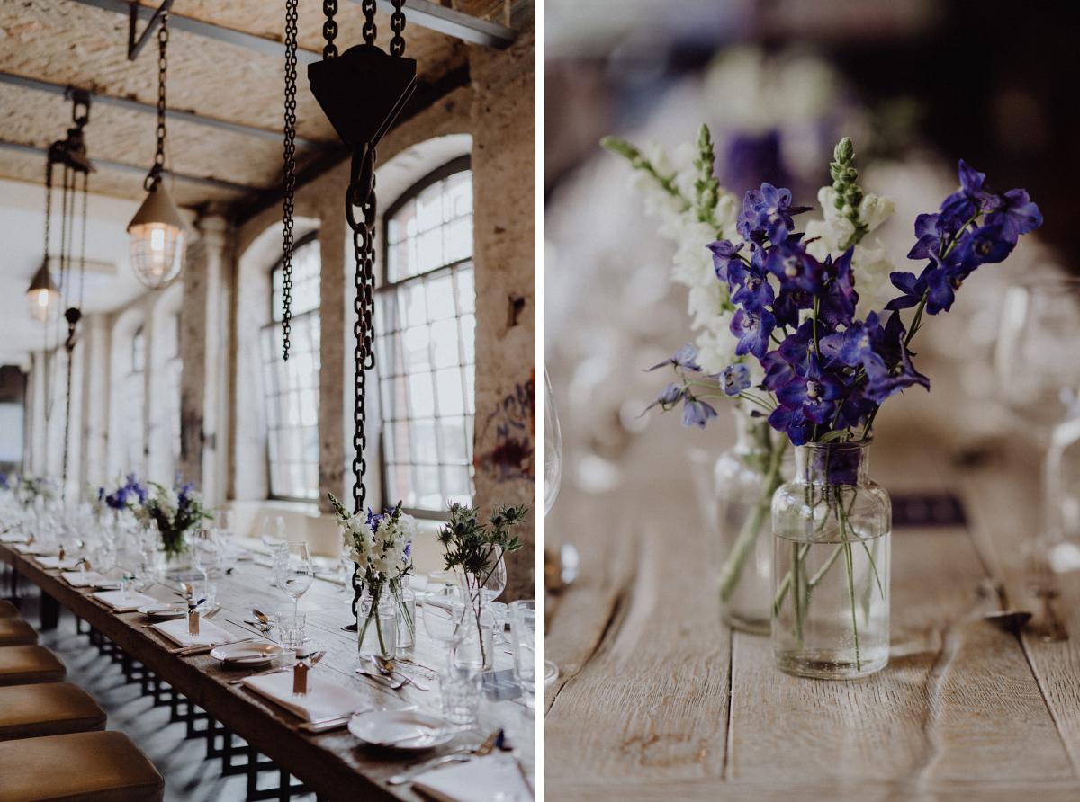 Inspiration Tischdekoration modern schlicht industriell rustikal vintage - Hochzeitsfotograf in Hochzeitslocation mit Strand an der Spree im Sage Restaurant Berlin © www.hochzeitslicht.de #hochzeitslicht
