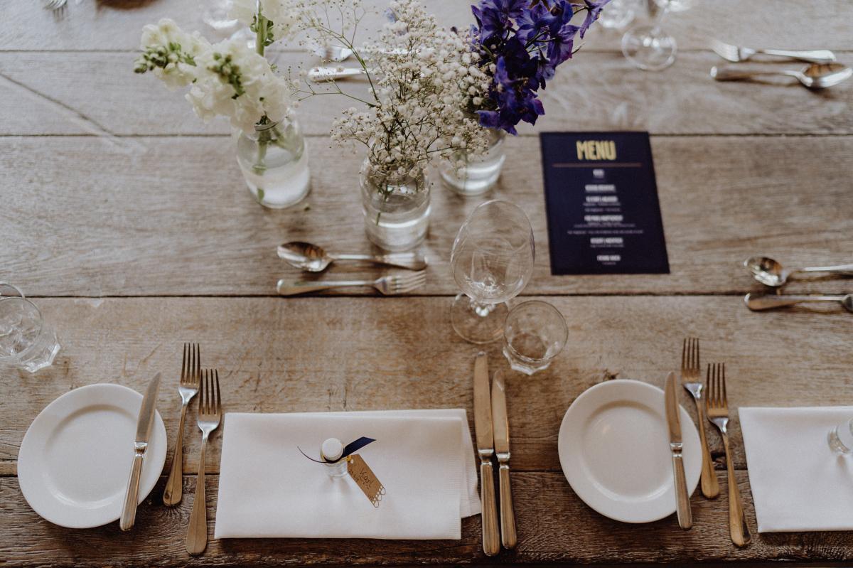 Idee Tischdekoration DIY Hochzeit vintage - Hochzeitsfotograf in Hochzeitslocation mit Strand an der Spree im Sage Restaurant Berlin © www.hochzeitslicht.de #hochzeitslicht