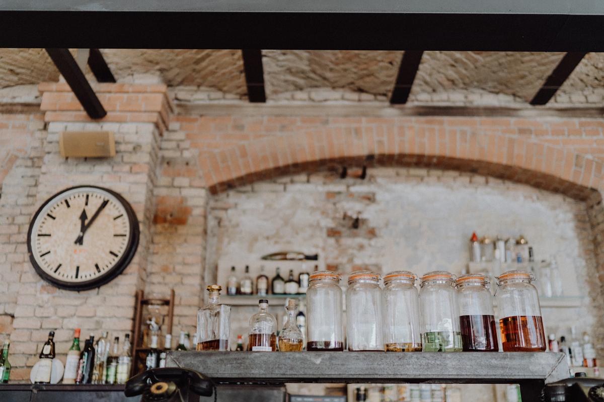 Location Vintage DIY Hochzeit - Hochzeitsfotograf in Hochzeitslocation mit Strand an der Spree im Sage Restaurant Berlin © www.hochzeitslicht.de #hochzeitslicht