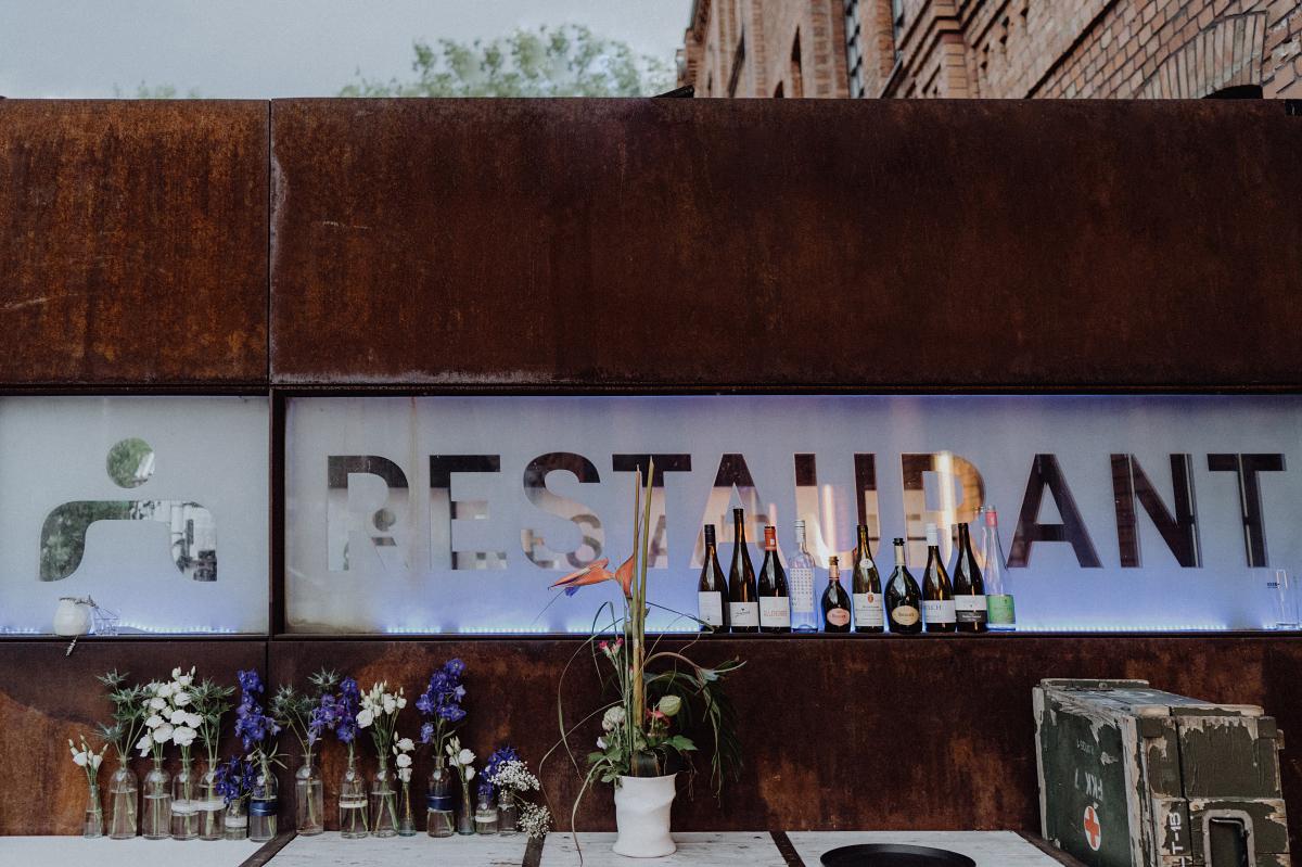 Vintagehochzeit Fabrik Berlin - Hochzeitsfotograf in Hochzeitslocation mit Strand an der Spree im Sage Restaurant Berlin © www.hochzeitslicht.de #hochzeitslicht