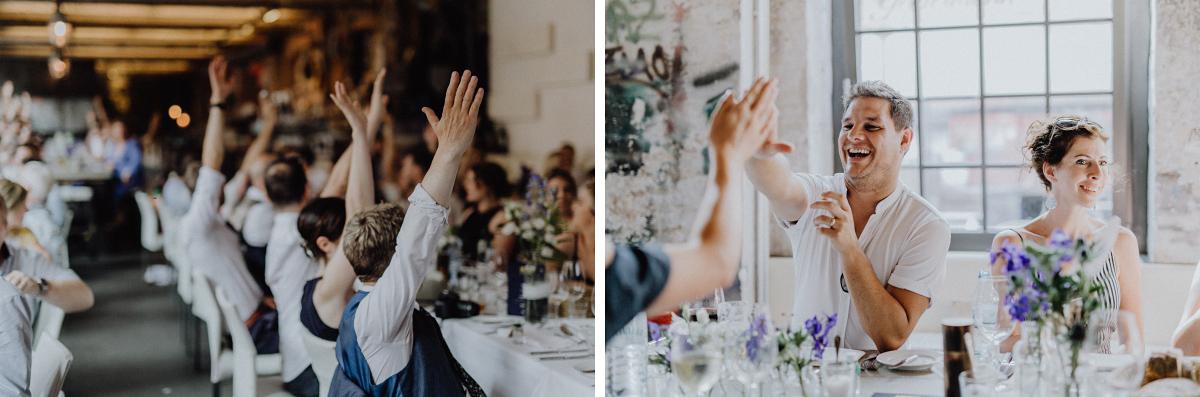 Hochzeitsfotos Gäste Hochzeitsfeier - Hochzeitsfotograf in Hochzeitslocation mit Strand an der Spree im Sage Restaurant Berlin © www.hochzeitslicht.de #hochzeitslicht