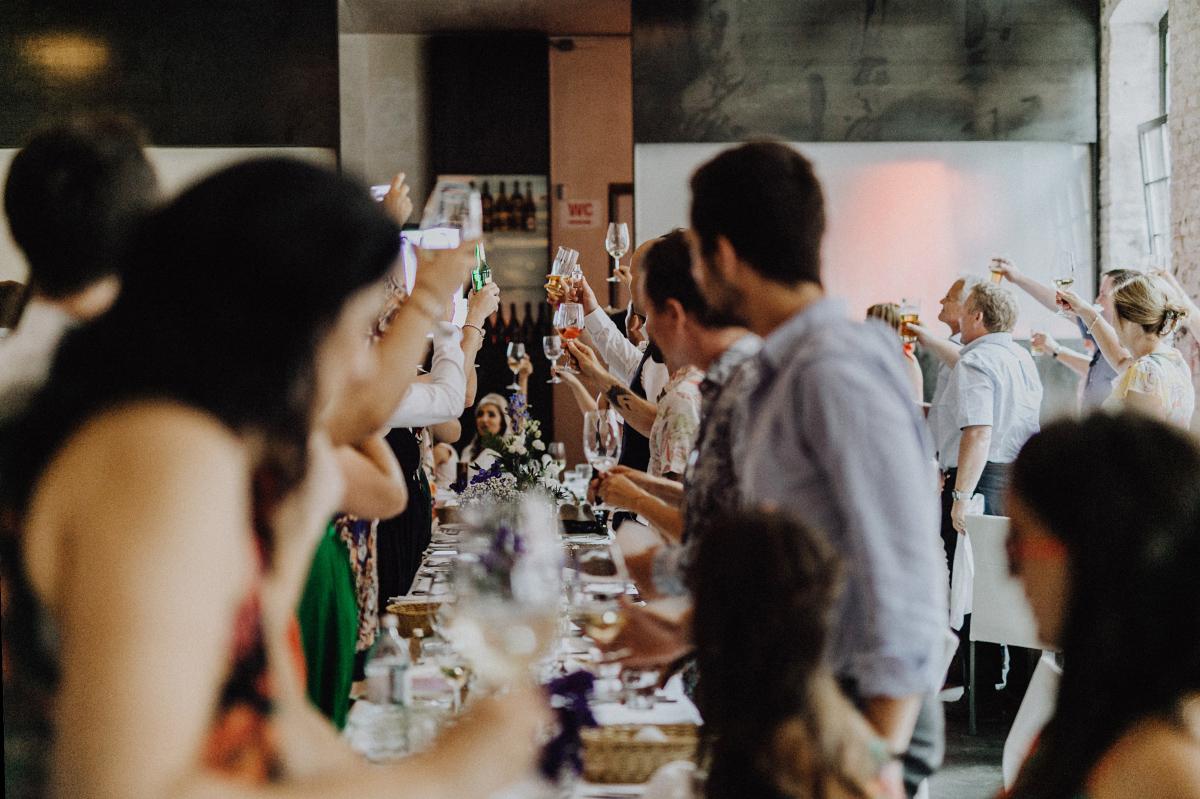 Foto Reden Hochzeit Berlin - Hochzeitsfotograf in Hochzeitslocation mit Strand an der Spree im Sage Restaurant Berlin © www.hochzeitslicht.de #hochzeitslicht
