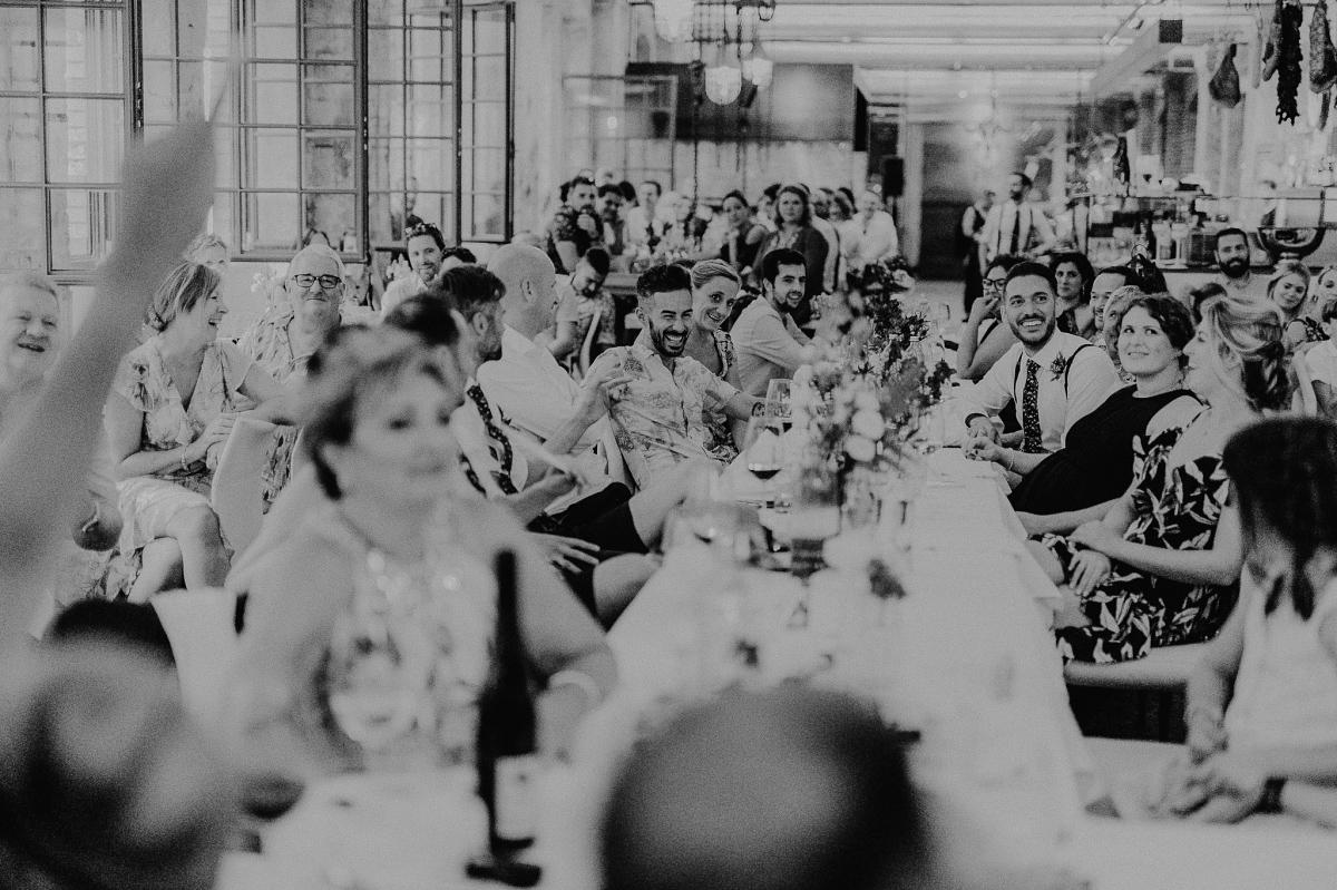 Gäste Hochzeitsfoto Berlin - Hochzeitsfotograf in Hochzeitslocation mit Strand an der Spree im Sage Restaurant Berlin © www.hochzeitslicht.de #hochzeitslicht