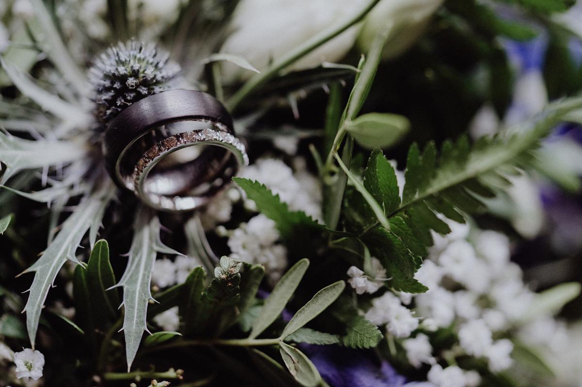 Foto Ringe Hochzeit kreativ auf Brautstrauß - Hochzeitsfotograf in Hochzeitslocation mit Strand an der Spree im Sage Restaurant Berlin © www.hochzeitslicht.de #hochzeitslicht