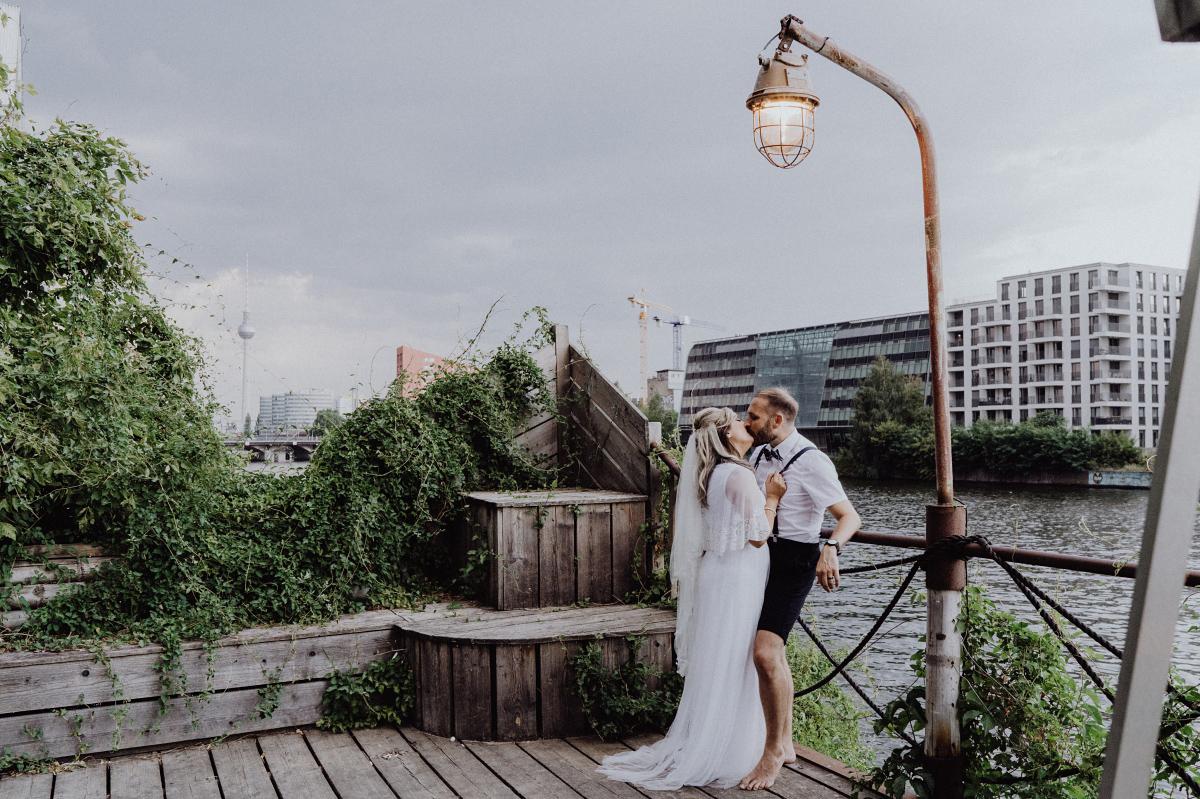 Brautpaarfotos am Wasser Berlin - Hochzeitsfotograf in Hochzeitslocation mit Strand an der Spree im Sage Restaurant Berlin © www.hochzeitslicht.de #hochzeitslicht