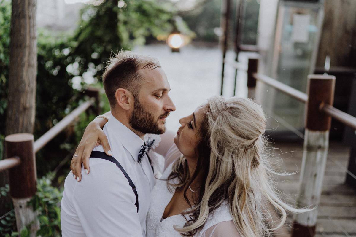 romantisches Fotoshooting Hochzeit am Wasser - Hochzeitsfotograf in Hochzeitslocation mit Strand an der Spree im Sage Restaurant Berl