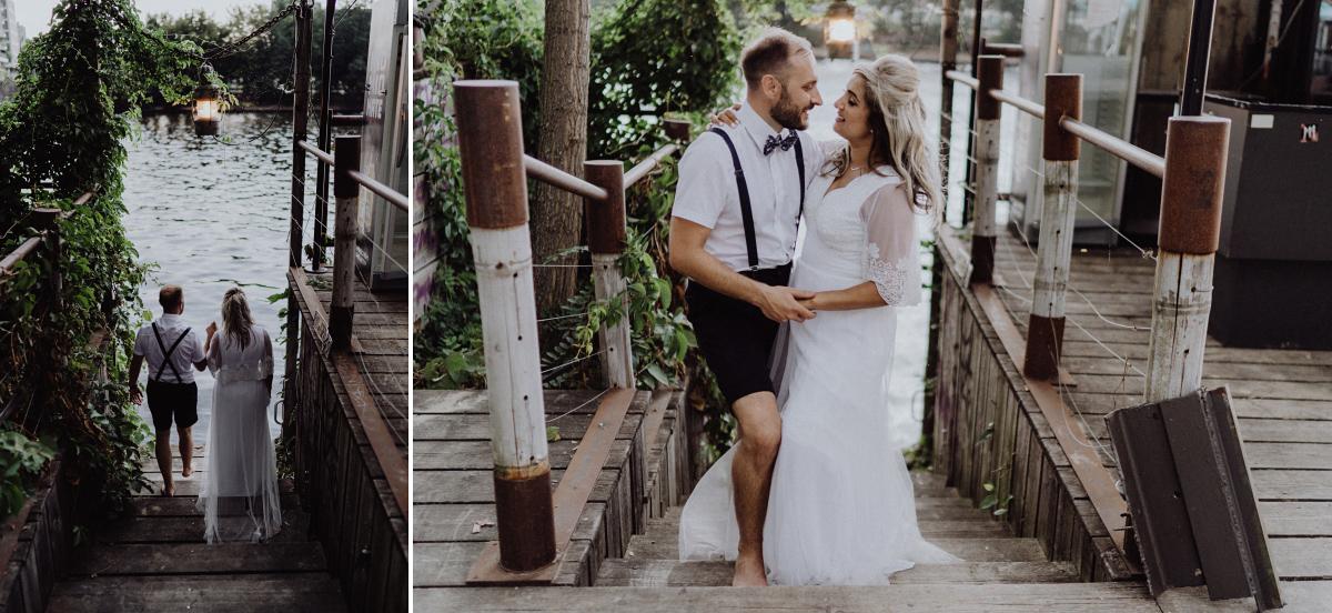 Fotoshooting entspannt Hochzeit am Wasser Sommer - Hochzeitsfotograf in Hochzeitslocation mit Strand an der Spree im Sage Restaurant Berlin © www.hochzeitslicht.de #hochzeitslicht