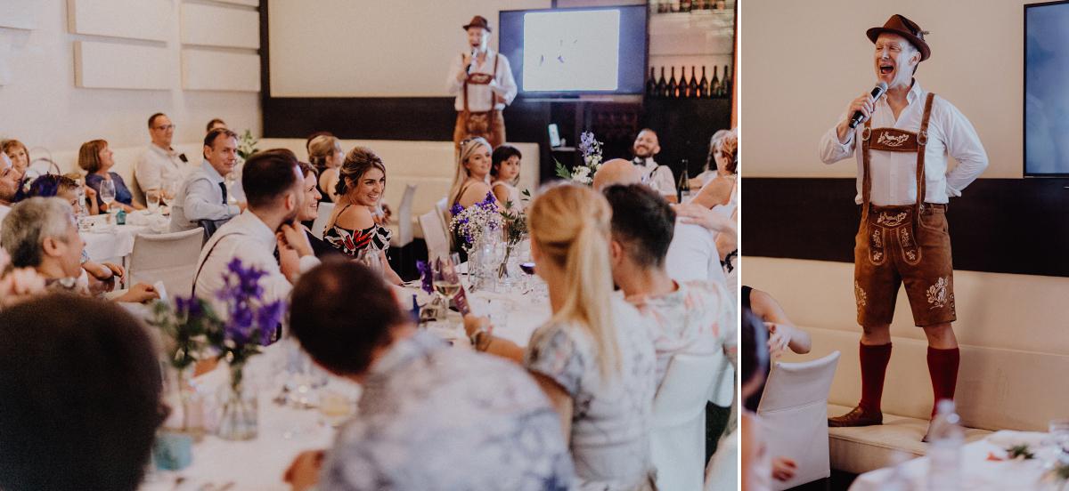 Tipp Unterhaltung Gäste Hochzeitsfeier am Abend - Hochzeitsfotograf in Hochzeitslocation mit Strand an der Spree im Sage Restaurant Berlin © www.hochzeitslicht.de #hochzeitslicht