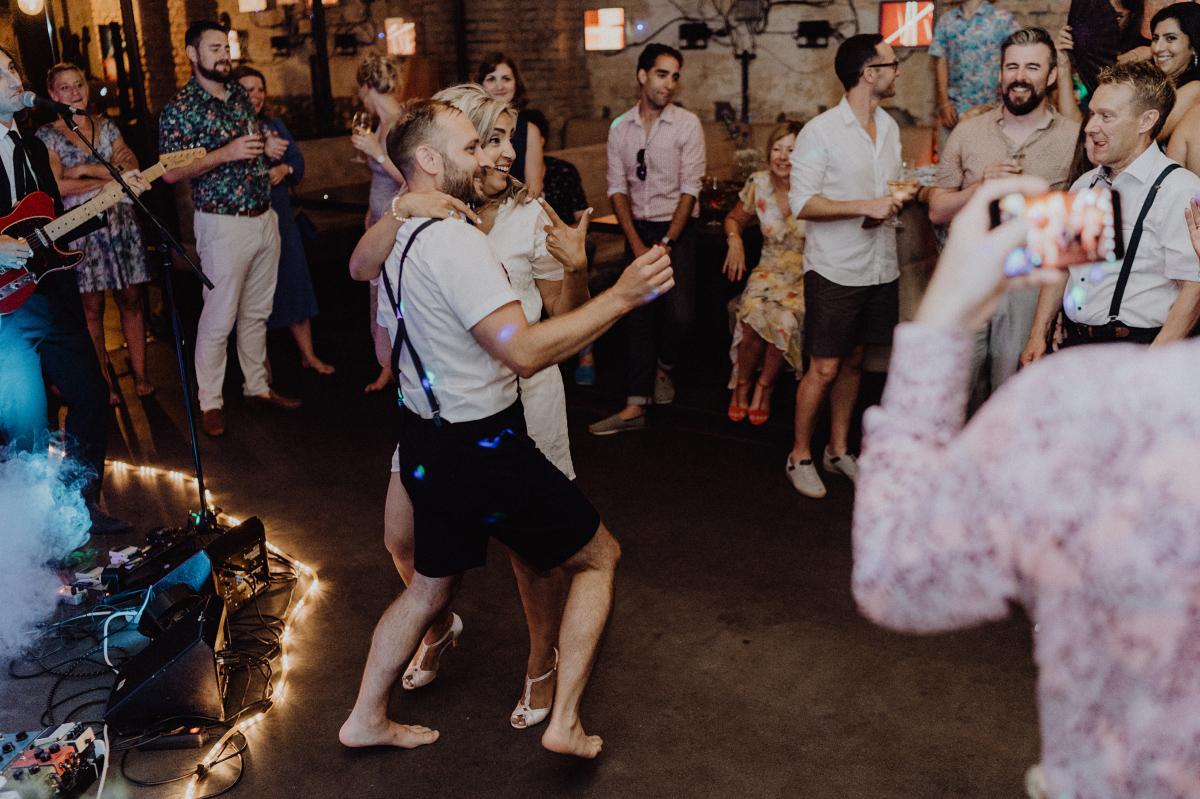 Foto Hochzeit Eröffnungstanz Brautpaar - Hochzeitsfotograf in Hochzeitslocation mit Strand an der Spree im Sage Restaurant Berlin © www.hochzeitslicht.de #hochzeitslicht