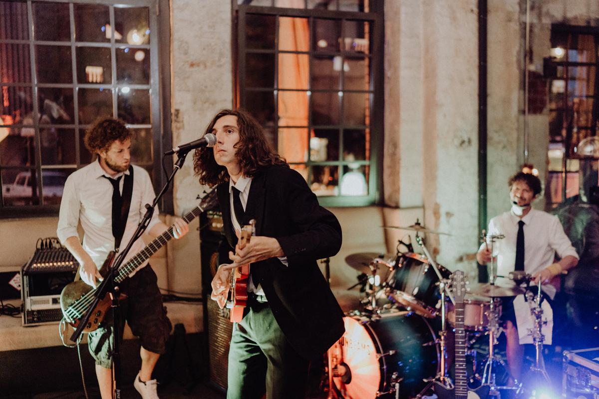 Unterhaltung Gäste Hochzeitsparty Band Livemusik- Hochzeitsfotograf in Hochzeitslocation mit Strand an der Spree im Sage Restaurant Berlin © www.hochzeitslicht.de #hochzeitslicht