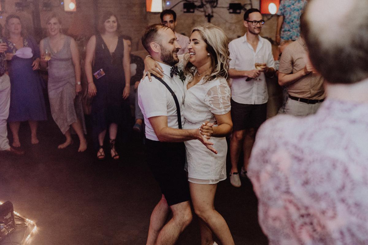 Hochzeitsfoto Tanz Hochzeitsparty - Hochzeitsfotograf in Hochzeitslocation mit Strand an der Spree im Sage Restaurant Berlin © www.hochzeitslicht.de #hochzeitslicht